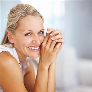 Femme Souriante avec implants